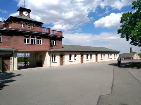 L'ingresso del campo di detenzione, che si apre sul vasto piazzale usato per l'appello dei prigionieri